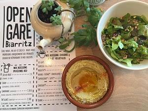 Un plat de houmous avec de la salade verte